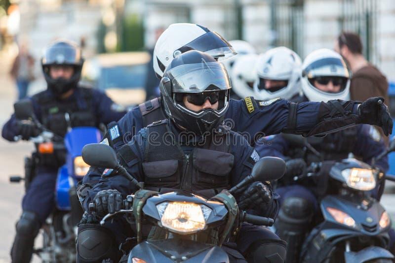Zamieszki policja na motocyklach podczas wiecu przed Ateny uniwersytetem który jest pod zajęciem protestującymi, zdjęcia stock