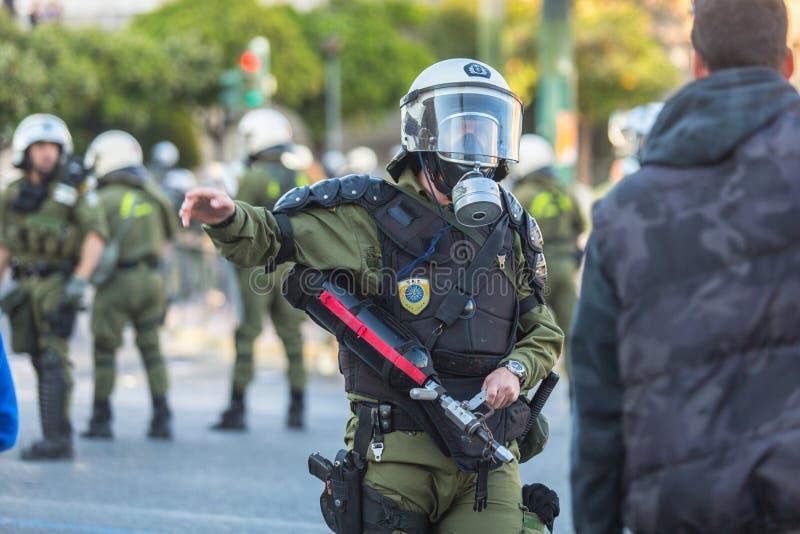 Zamieszki policja, wp8lywy pokrywa podczas wiecu przed Ateny uniwersytetem fotografia stock