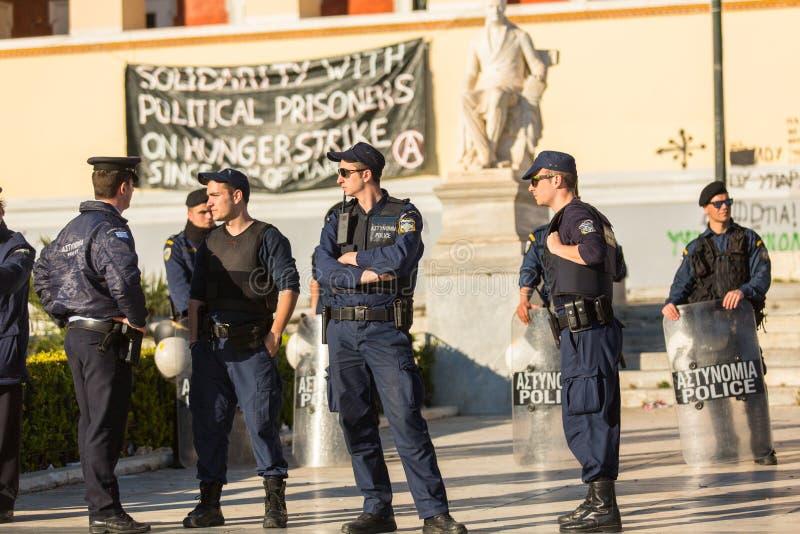 Zamieszki policja z ich osłoną, wp8lywy pokrywa podczas wiecu przed Ateny uniwersytetem zdjęcie stock