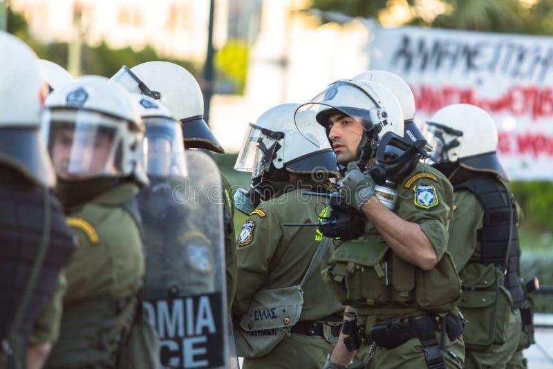 Zamieszki policja z ich osłoną, wp8lywy pokrywa podczas wiecu przed Ateny uniwersytetem obrazy royalty free