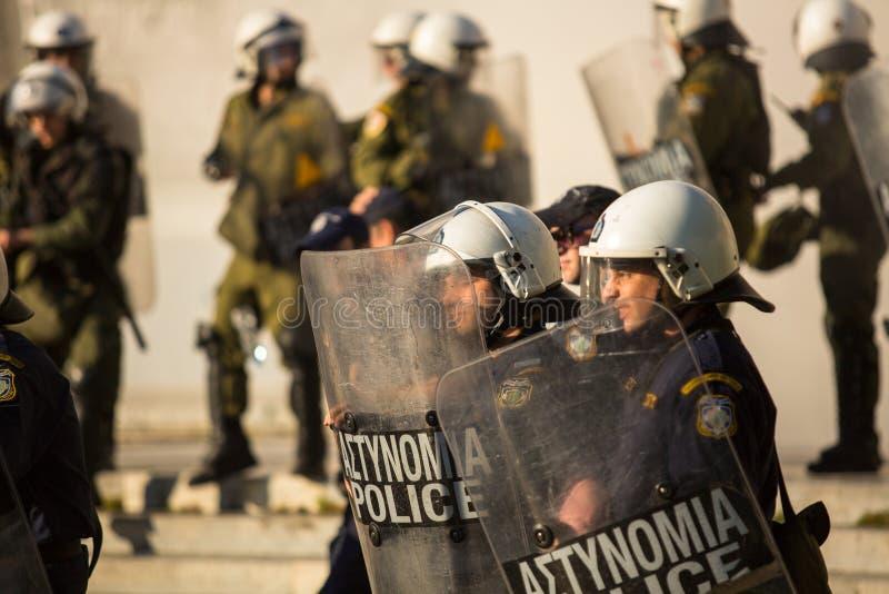 Zamieszki policja z ich osłoną, wp8lywy pokrywa podczas wiecu przed Ateny uniwersytetem obraz stock