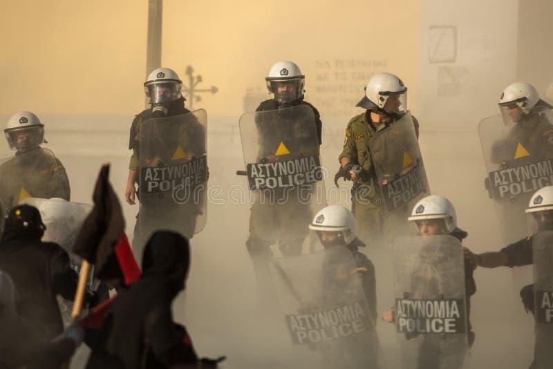 Zamieszki policja z ich osłoną, wp8lywy pokrywa podczas wiecu przed Ateny uniwersytetem zdjęcia royalty free