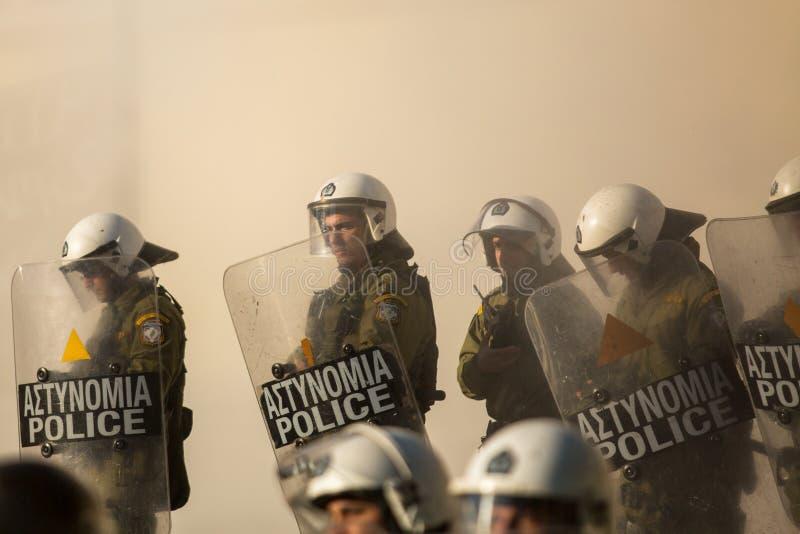 Zamieszki policja z ich osłoną, wp8lywy pokrywa podczas wiecu przed Ateny uniwersytetem, obraz stock