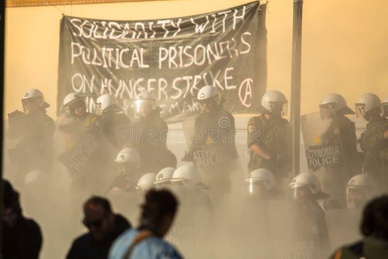 Zamieszki policja z ich osłoną, wp8lywy pokrywa podczas wiecu przed Ateny uniwersytetem obraz royalty free