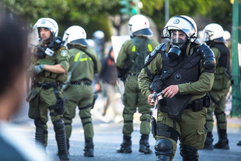 Zamieszki policja z ich osłoną, wp8lywy pokrywa podczas wiecu przed Ateny uniwersytetem Grecja zdjęcie stock