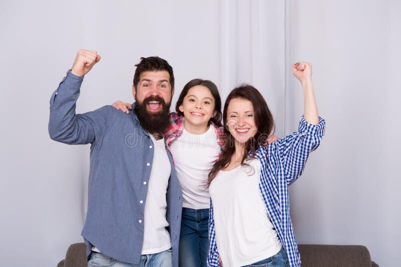 Zamknięci i trustful powiązania Wartości rodzinnej pojęcie Rodzinne więzi Rodzina wydaje weekend wpólnie Życzliwa rodzina ma fotografia stock