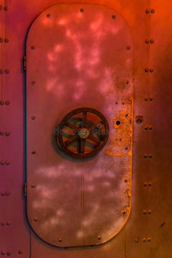 Zamknięty ośniedziały podwodny drzwi z klapą, stary rocznika wnętrze, podwodny transport obrazy royalty free