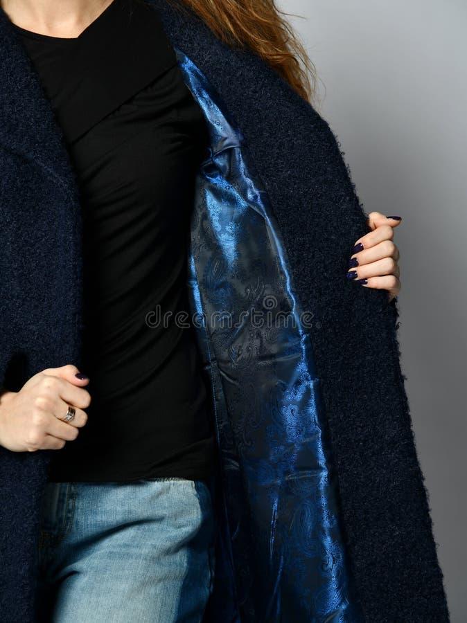 Zamknięty w górę wizerunku wśrodku długiej mody przypadkowego zmroku - błękitny zimy kurtki żakiet fotografia royalty free