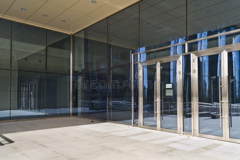 Zamknięci drzwi w nowożytnym wielkim szklanym budynku zdjęcie stock