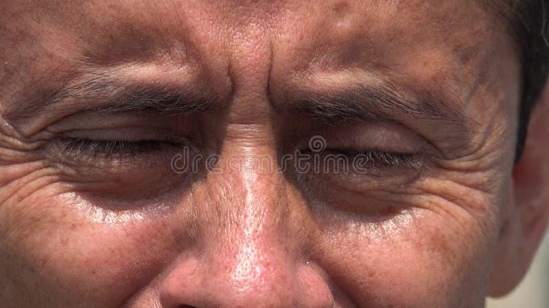 Zamknięci oczy Latynoski mężczyzna fotografia royalty free