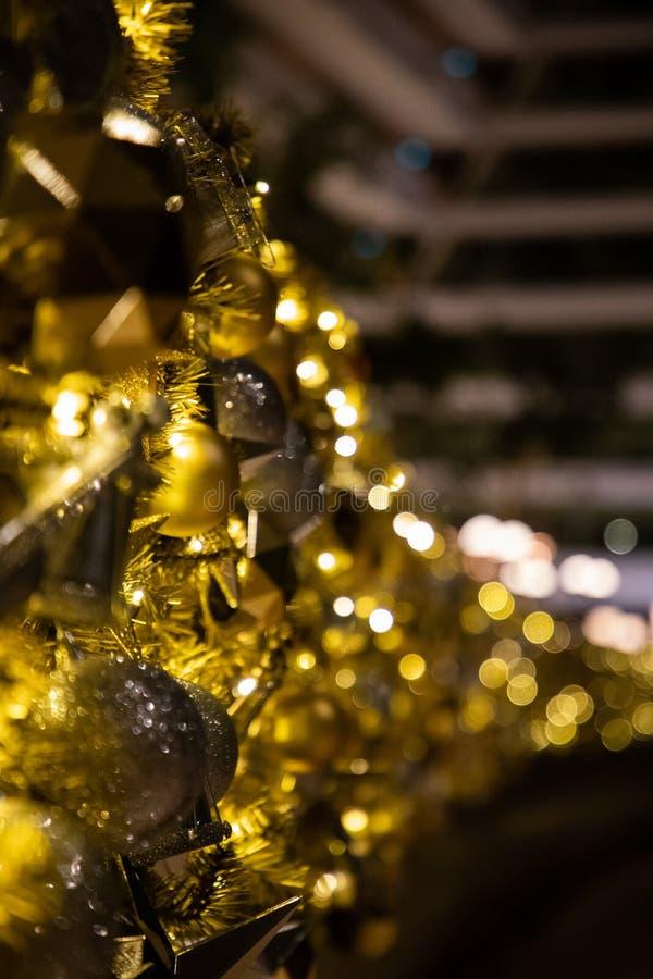 Zamknięcie bożonarodzeniowej dekoracji złotymi błyskami i światłami fotografia stock