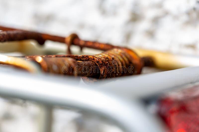 Zamknięcie ciężkiej rdzewiałej sprężyny rowerowej obraz royalty free