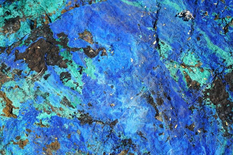 ZamkniÄ™cie piÄ™knego, niepolerowanego, niebieskiego i zielonego półszlachetnego kamienia zdjęcie royalty free