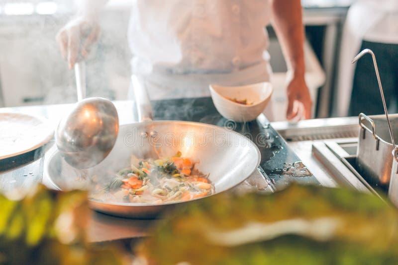 Zamknięcie pracy szefa kuchni, przygotowywanie chińskiej żywności, smażenie żywności w worku Koncepcja sprzedaży i żywności zdjęcie stock