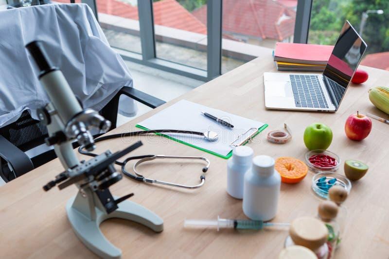 Zamknięcie pustej notatki i stetoskop z laptopem lekarza dietetyka na stole roboczym zdjęcia stock