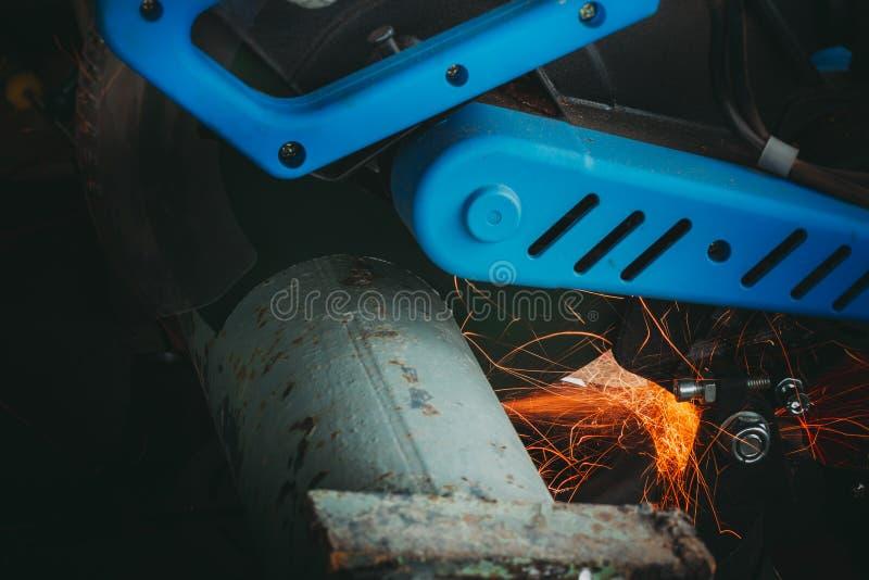 Zamknięcie rury metalowej z odgałęzieniem Szlifierka Elektrycznego obrazy royalty free