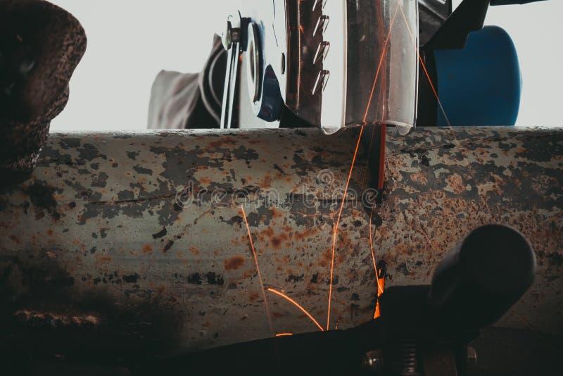 Zamknięcie rury metalowej z odgałęzieniem Szlifierka Elektrycznego obraz royalty free