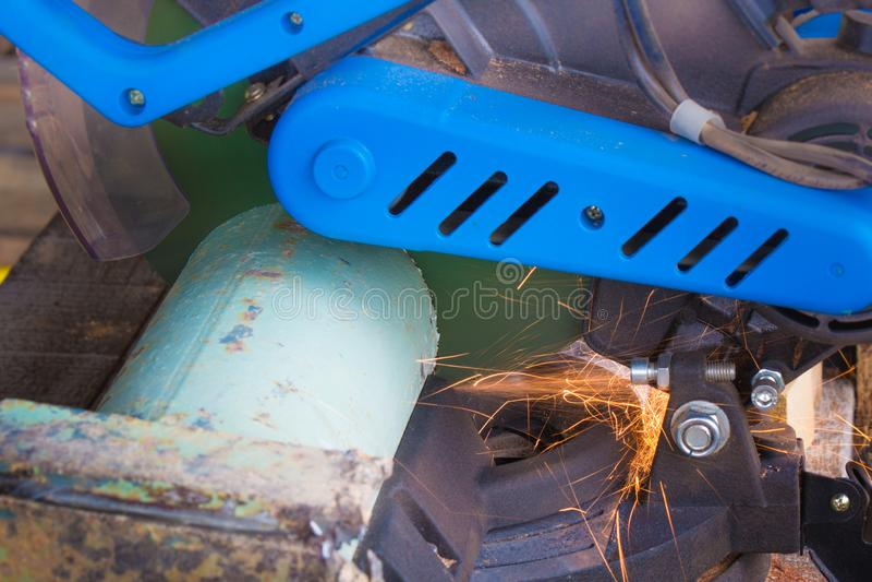 Zamknięcie rury metalowej z odgałęzieniem Szlifierka Elektrycznego zdjęcia stock