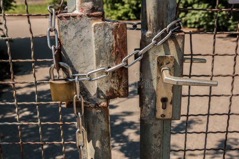 Zamknięta brama z dużą stali kłódką i łańcuchem fotografia royalty free