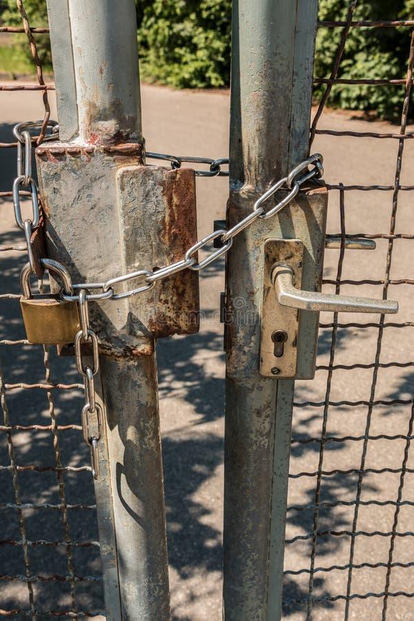 Zamknięta brama z dużą stali kłódką i łańcuchem obrazy stock