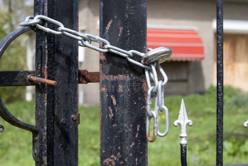 Download Zamknięta płotowa brama zdjęcie stock. Obraz złożonej z budynek - 53782674