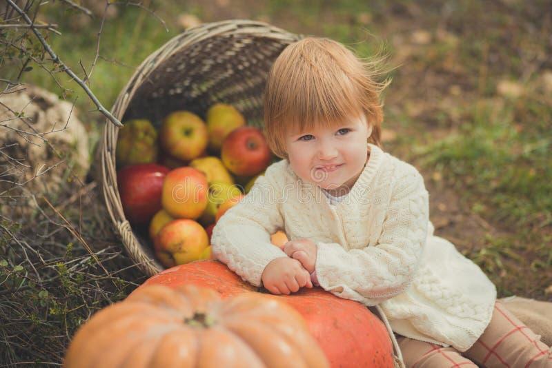 Zamknięta portret dziewczynka jest ubranym z kości słoniowej colour białego pulower z blond czerwonym włosy cieszy się życie czas fotografia stock