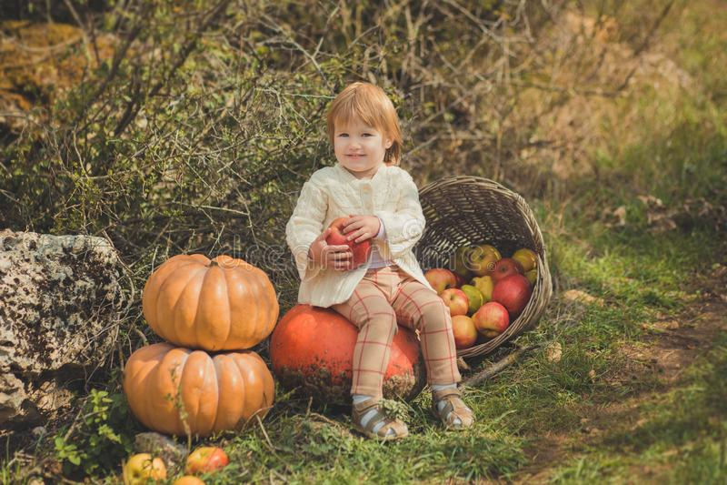 Zamknięta portret dziewczynka jest ubranym z kości słoniowej colour białego pulower z blond czerwonym włosy cieszy się życie czas obraz royalty free