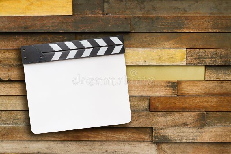 Zamknięta pusta biała clapper deska na drewnianym tle zdjęcie royalty free