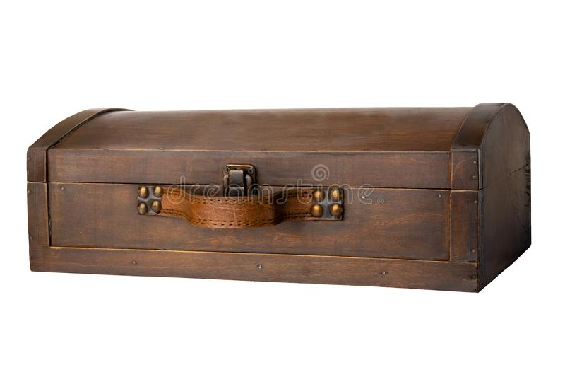 Zamknięta stara drewniana skarb klatka piersiowa odizolowywająca na białym tle zdjęcia stock