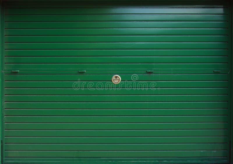 Zamknięta zielona metalu garażu brama, tekstura zdjęcia stock