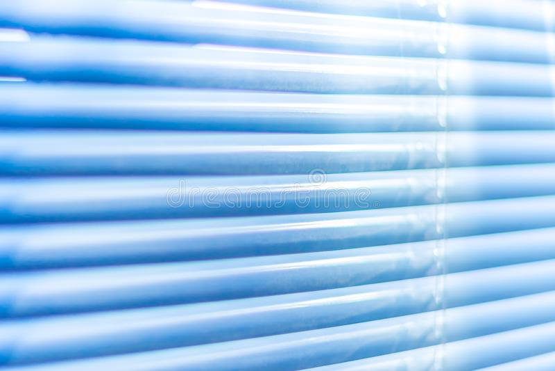 Zamknięte błękitne żaluzje, makro- strzał Jalousie tło Światło słoneczne przez horyzontalnych stor zdjęcia stock