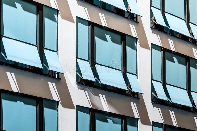 Zamknięte słońce story nowożytni sunshades, markizy na budynek fasadzie,/ obraz stock