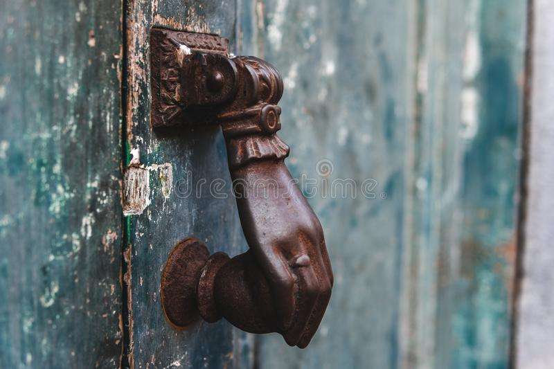 Zamkniętego Starego rocznika drewniany drzwi z drzwiowym kędziorkiem, tekstura, tło obraz royalty free