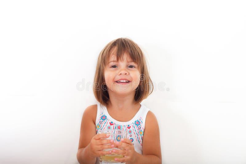 zamkniętej szczęśliwy mały portret dziewczyny zdjęcie royalty free