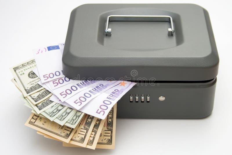 Zamknięty cashbox z pieniądze na bielu obraz royalty free