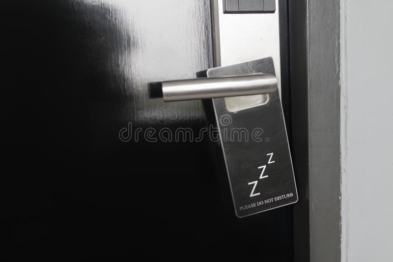Zamknięty czarny drzwi pokój hotelowy z zadawala no zakłóca znaka na drzwiowej rękojeści zdjęcia royalty free