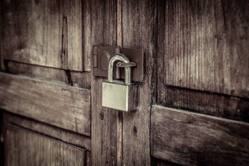 Zamknięty drewniany drzwi z srebną kłódką zdjęcia royalty free