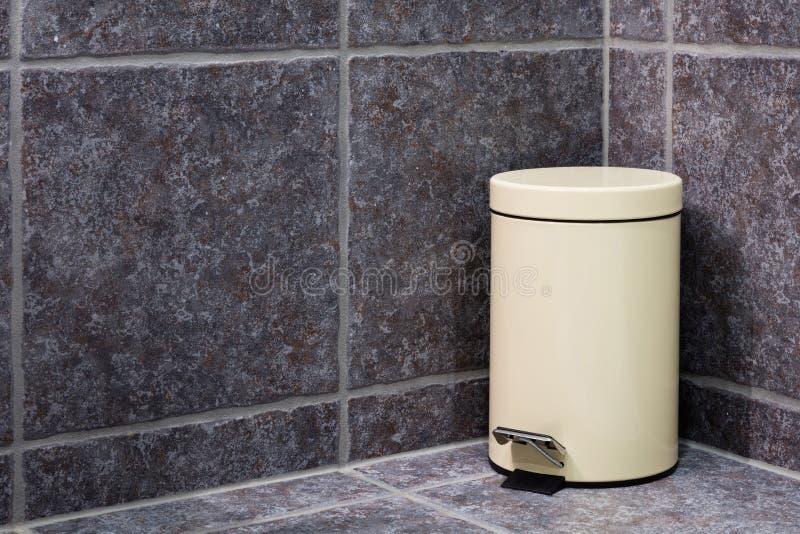 Zamknięty kosz na śmieci w łazience obrazy royalty free