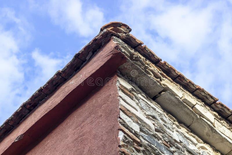 Zamknięty krótkopęd kamieniarstwo budynku dachu kąt z błękitnym otwartego nieba tłem zdjęcia royalty free