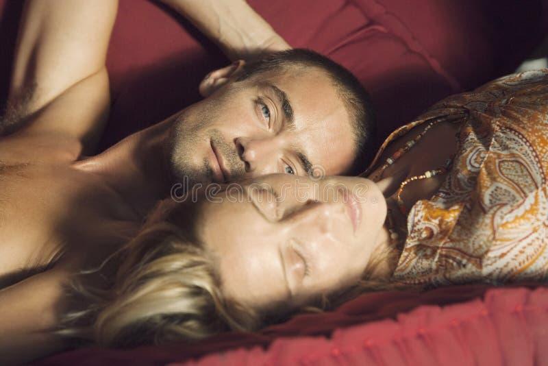 zamknięty leżanki pary portret zamknięty obrazy royalty free