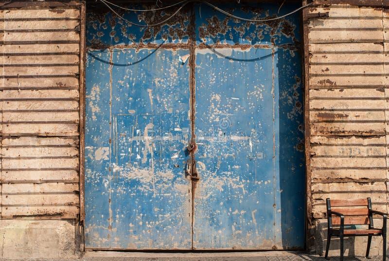 Zamknięty ośniedziały magazynowy drzwi, Jaffa, Tel Aviv, Izrael obrazy stock