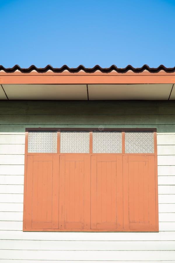 Zamknięty okno zielony drewniany dom zdjęcia stock