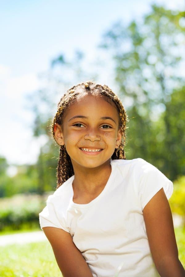 Zamknięty portret czarna dziewczyna w parku zdjęcia royalty free