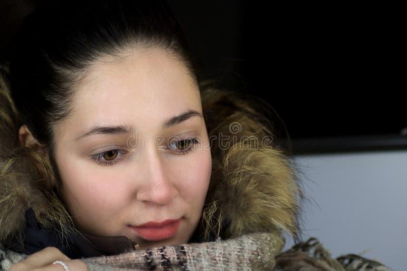 Zamknięty portret młoda kobieta w zimie odziewa obraz stock