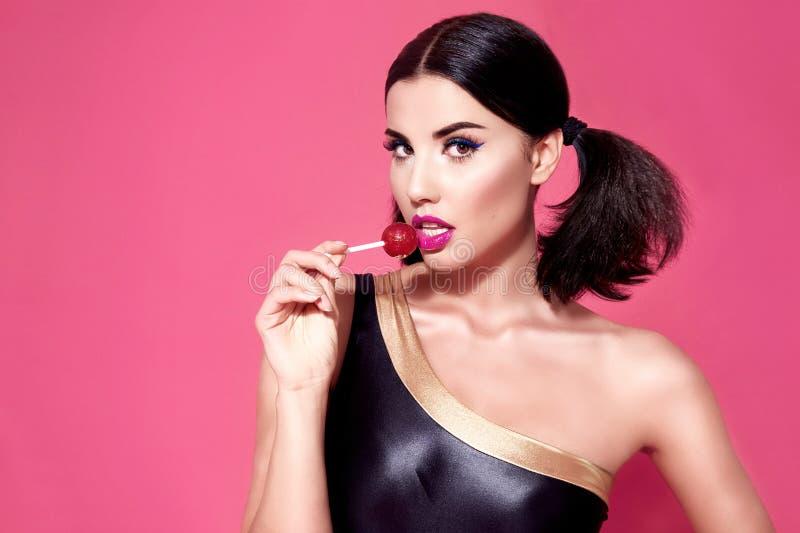 Zamknięty portret seksowny piękny kobiety brunetki włosianego stylu perfe obrazy stock