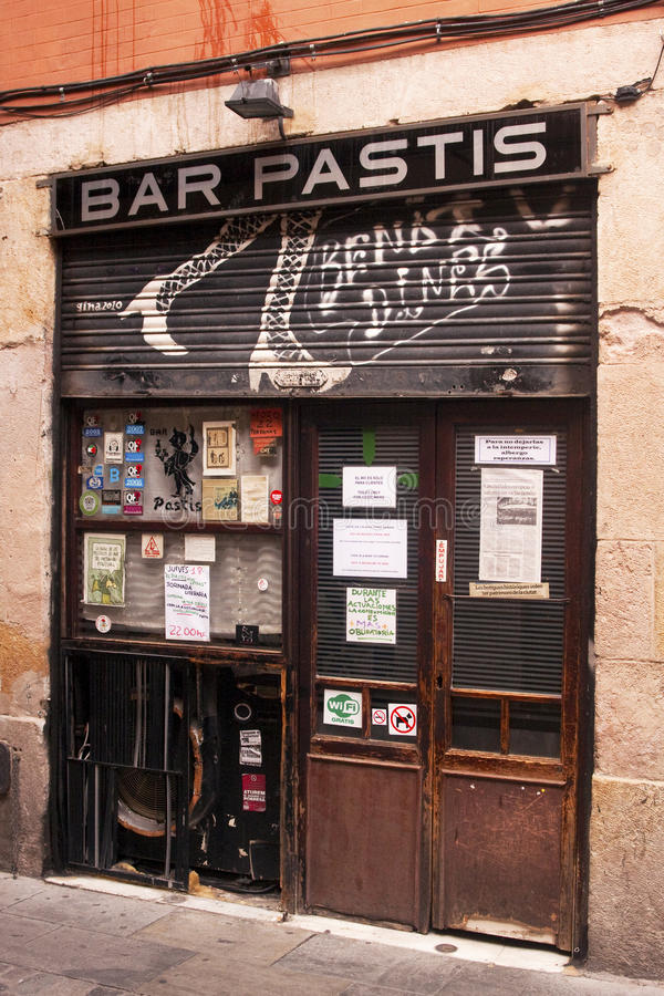Zamknięty Prętowy Pastis w Barcelona alleyway obrazy stock