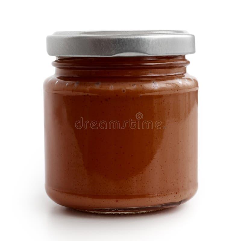 Zamknięty szklany słój brown pomidoru i czerwony chili pieprzu salsa Jest obrazy royalty free