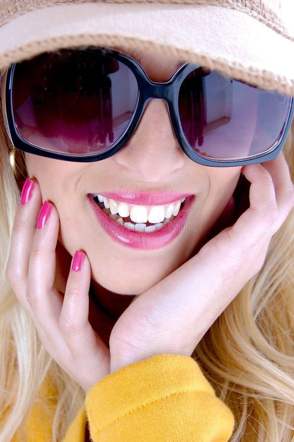 zamknięty uśmiechnięty okulary przeciwsłoneczne widok jest ubranym kobiety obrazy stock