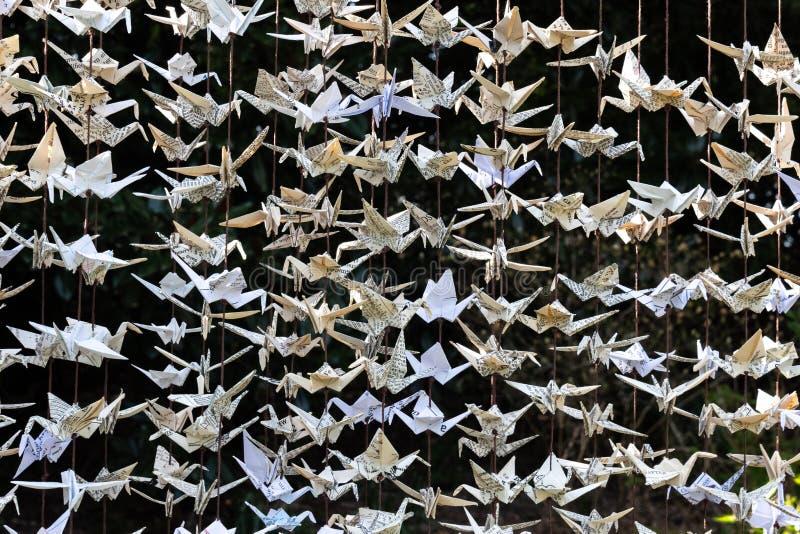 Zamknięty widok 1000 żurawi rzeźbi, składał, papierowego origami, rocznik efemeryda zdjęcia royalty free