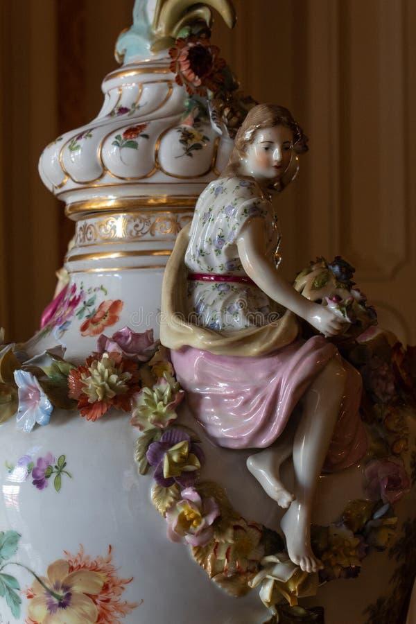 Zamknięty widok antykwarska ceramiczna dekoracyjna waza uwypukla kobiety i girland kwiaty zdjęcie stock